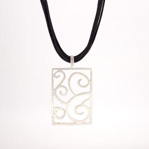 Collar con colgante rectangular ornamentado en plata 15H7 Stradda