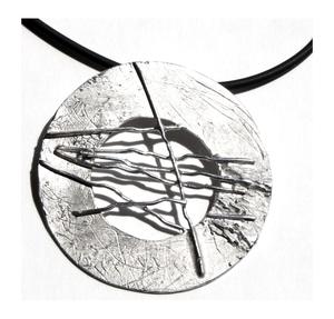 Colgante en plata de la colección Discos. Diámetro: 6,7 cm. FP C26-P Fili Plaza