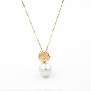 Gargantilla con Collar realizado en oro amarillo de 750 milésimas (18kt) con un diamante talla de brillante de 0,07 kts en total y una perla South sea pearls (australiana) de 10,36 mm de diámetro con cierre de presión