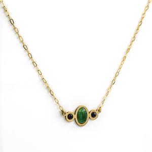 Collar Gargantilla realizada en oro amarillo de 750 milésimas (18kt) en la parte central engastado una esmeraldas talla oval cabuchón de 1kts total y dos zafiros talla redonda 0,20 kts, cierre de mosquetón, longitud 41,50 cm (aprox),