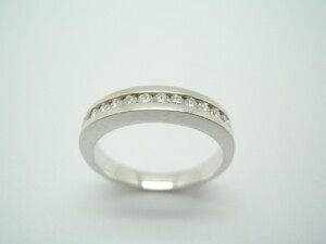 Anillo brillantes, media alianza oro blanco A-252 B-79