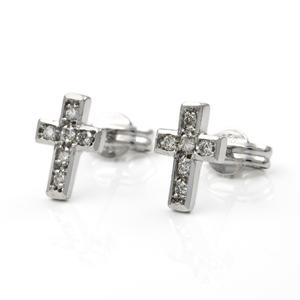 Par de pendientes con diseño de cruz realizados en oro blanco de 750 milésimas (18 kt) con 6 diamantes talla de brillante engarzados de 0,25 kts (aprox) en total.