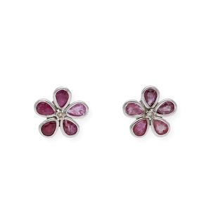 Pendientes forma de flor realizados en oro blanco de 750 milésimas (18kt) con diamantes talla de brillante central orlado por Rubíes talla pera.