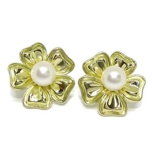 Pendientes de oro amarillo de 18k de flor con perla cultivada de 8mm. Cierre omega  Never say never