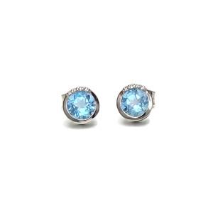 Preciosos y vistosos pendientes de oro blanco de 18k con diamantes y topacios azules de 6mmeciosas Never say never