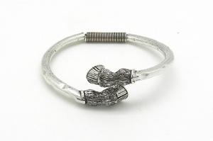 pulsera de metal plateado cascos. - Artesanal - 211