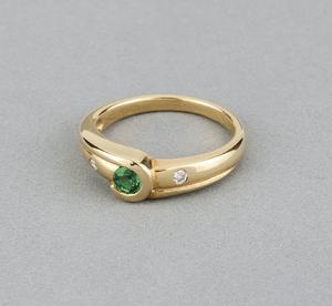 Sortija de oro amarillo con una esmeralda central de talla redonda con 0,30 kts y dos diamantes talla de brillantes de 0,10 kts en total - Talla de la sortija 14 (talla española)