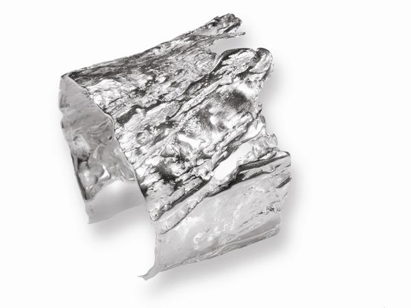Brazalete en plata abierto e amoldable. Dimensiones: 5 cm X 15 cm. Contorno 15 cm FP P03-P Fili Plaza