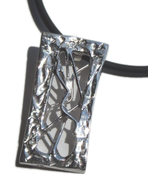 Colgante en plata, de la colección Transparencias. Dimensiones: 5 X 2,2 cm FP C32-P Fili Plaza