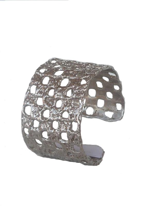 Brazalete en plata abierto e amoldable. 4 X 17,5 cm. Contorno: 17,5 cm FP P19-P Fili Plaza