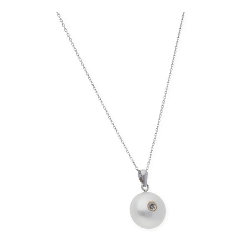 Gargantilla con colgante realizado en oro blanco de 750 milésimas (18kt) con perla de botón de 11,55 mm y diamante talla brillante 0,02 kts