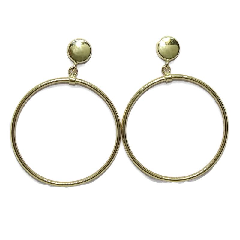 Pendientes de oro amarillo de 18k con circulo de 5mm y aro de 2.50mm de diámetro exterior. Cierre pr Never say never