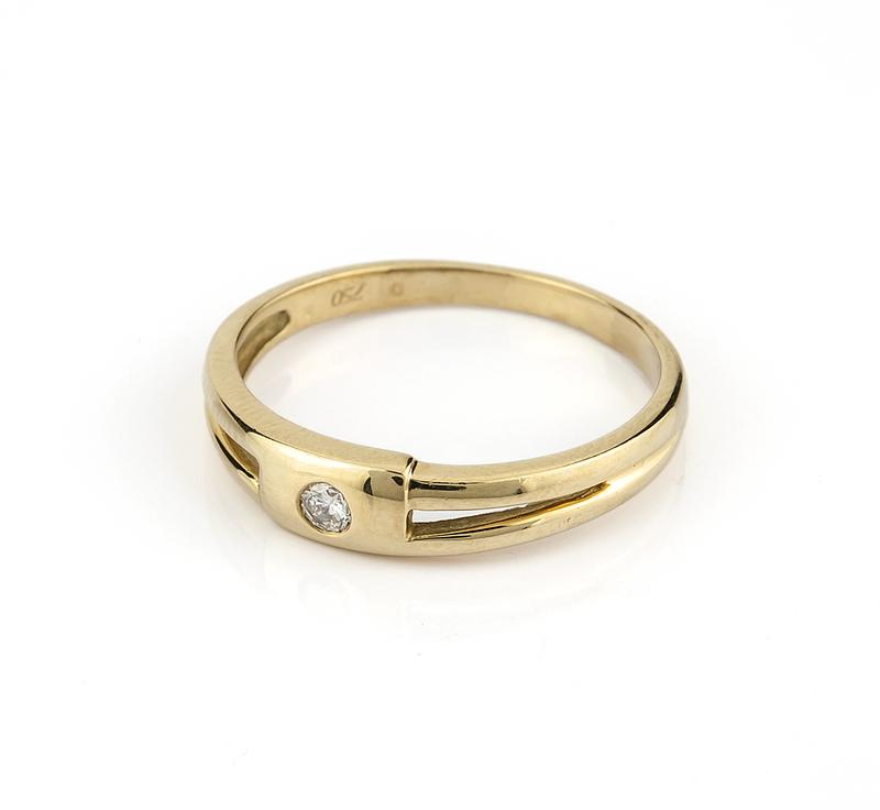 Sortija de oro amarillo de 750 milésimas de 18 kt con diamante central talla brillante