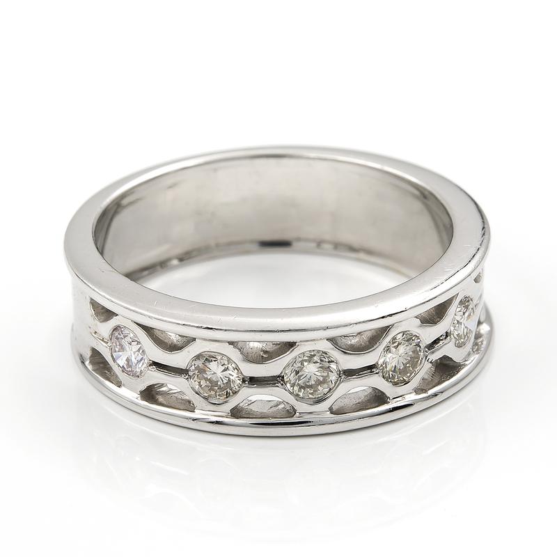 Sortija pesada realizada en oro blanco de 750 milésimas (18kt) con cinco diamantes talla brillante engastados de 1kts, talla de la sortija 18 57-2177OB