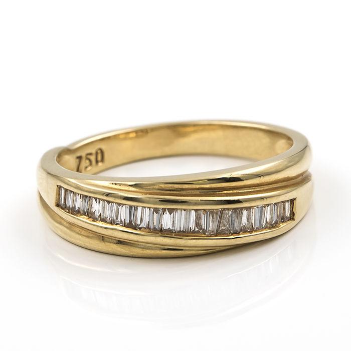 Sortija realizada en oro amarillo con 20 diamantes talla de baguette