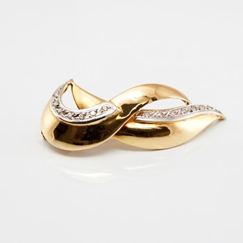 PIN, FORMING SHEETS IN THE FORM OF WAVES, IN THE FRAME OF YELLOW GOLD AND WHITE, WITH ZIRCONS DSC5236