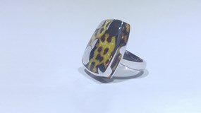 RING OF SILVER COMBINED WITH ENAMEL IN TONES OF YELLOW AND BROWN AS PATTERNED FELINE.