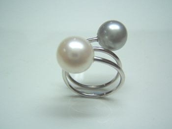 RING OF WHITE GOLD AND PEARLS