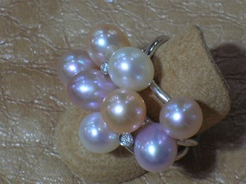 Ring white gold and cultured pearls