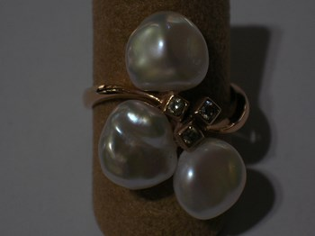 Rose gold ring with pearls and sparkling