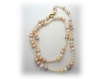 Necklace with cultured pearls of different sizes