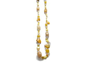 NECKLACE OF COLORED BEADS AND QUARTZ