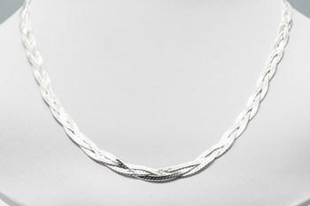 Collar en plata de primera ley con un diseño trenzado.