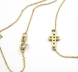 Collar Gargantilla realizada en oro amarillo de 18 kt. Con cruz en horizontal, decorada con incrustaciones de 6 Diamantes talla de brillante de 0,15 kts. En total, longitud 43,50 cm, cierre de mosquetón