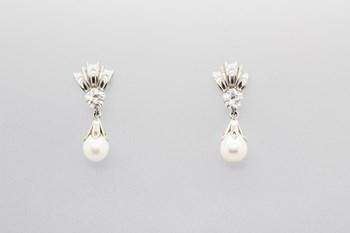 Pendientes fabricados en oro blanco de 18 quilates con perlas de agua dulce y circonitas