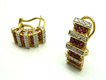 EARRINGS YELLOW GOLD, DIAMONDS AND RUBIES PE3400656