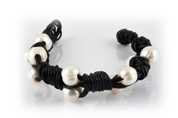 Bracelet leather and cultured pearls