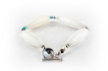 White jade and cultured pearl bracelet