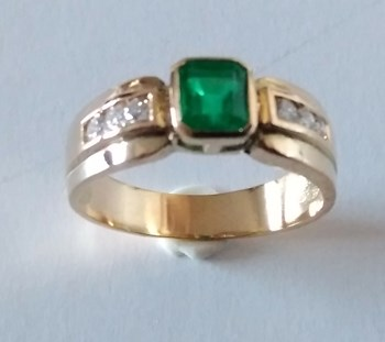 RING EMERALD GOLDEN AND BRIGHT